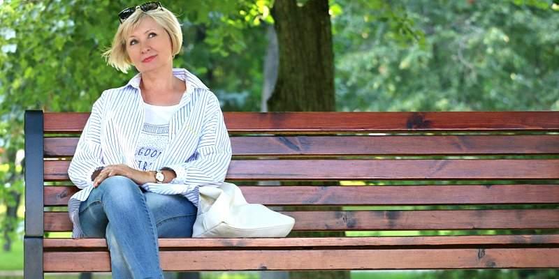 mujer descansando en una plaza en el día de la mujer