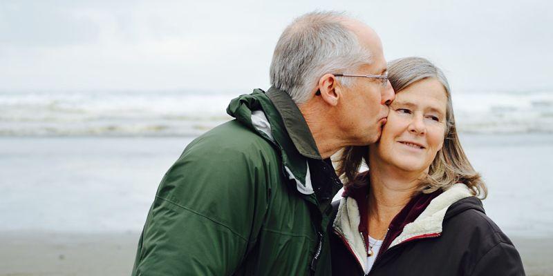 pareja de adultos expresando felicidad