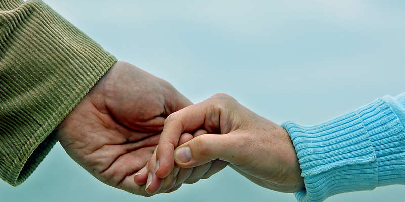 manos de compañeros dispuestos a una actividad de servicio