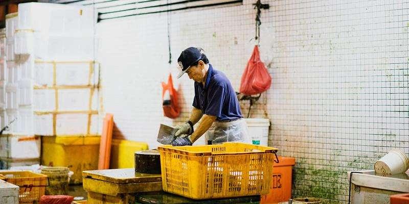 Persona trabajando en una fábrica, refiriendo al Día Internacional del Trabajo