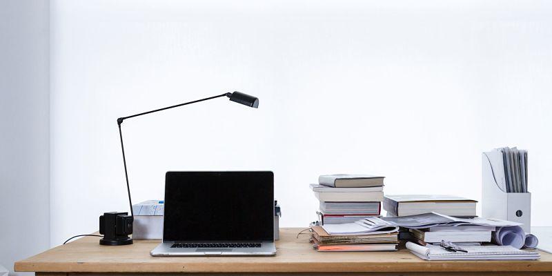 computadora en escritorio de estudio