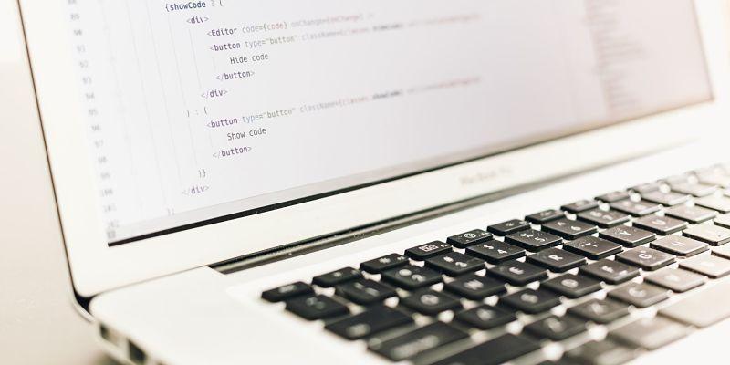 imagen de notebook abierta con teclado que incluye el arroba