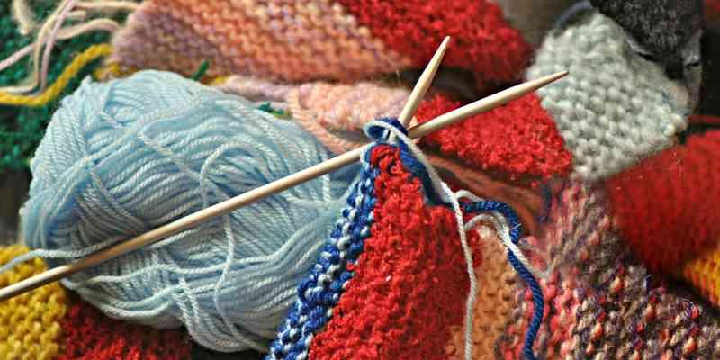 lanas de colores y dos agujas para tejer