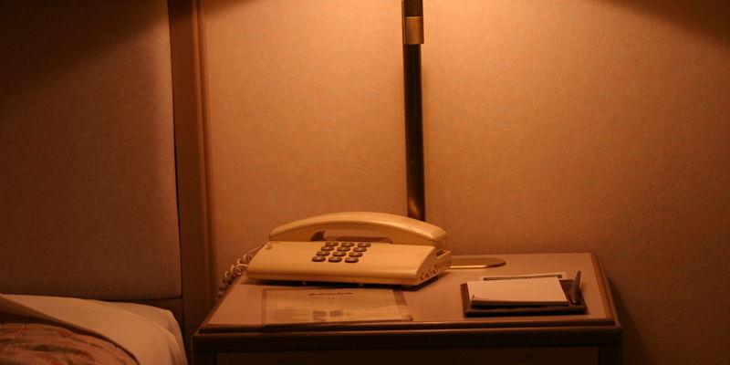 teléfono en mesa de luz donde llegan las llamadas que se evalúan como estafa telefónica